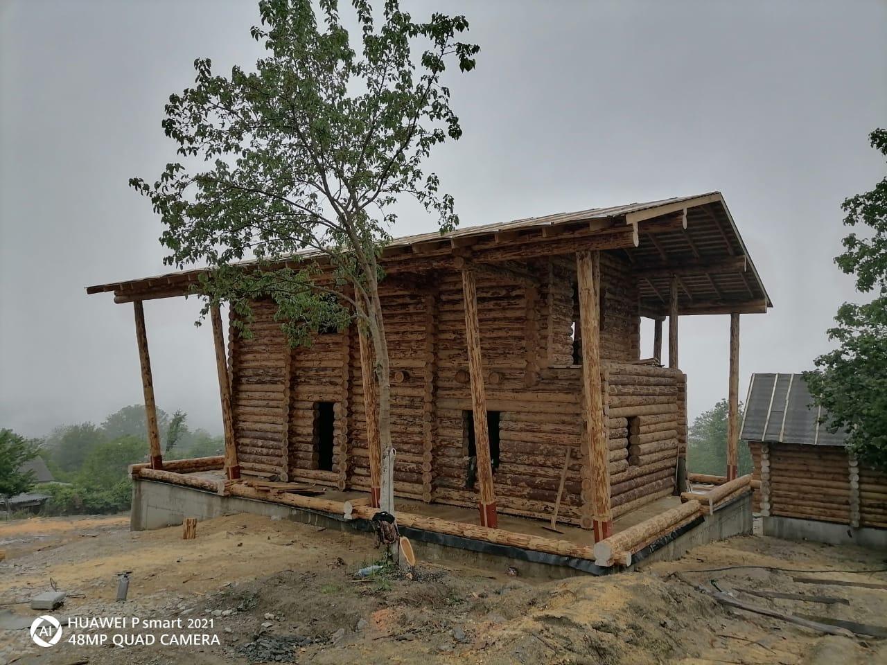 Фото: Двухэтажный дом из бревна ручной рубки с огромной террасой в Сочи