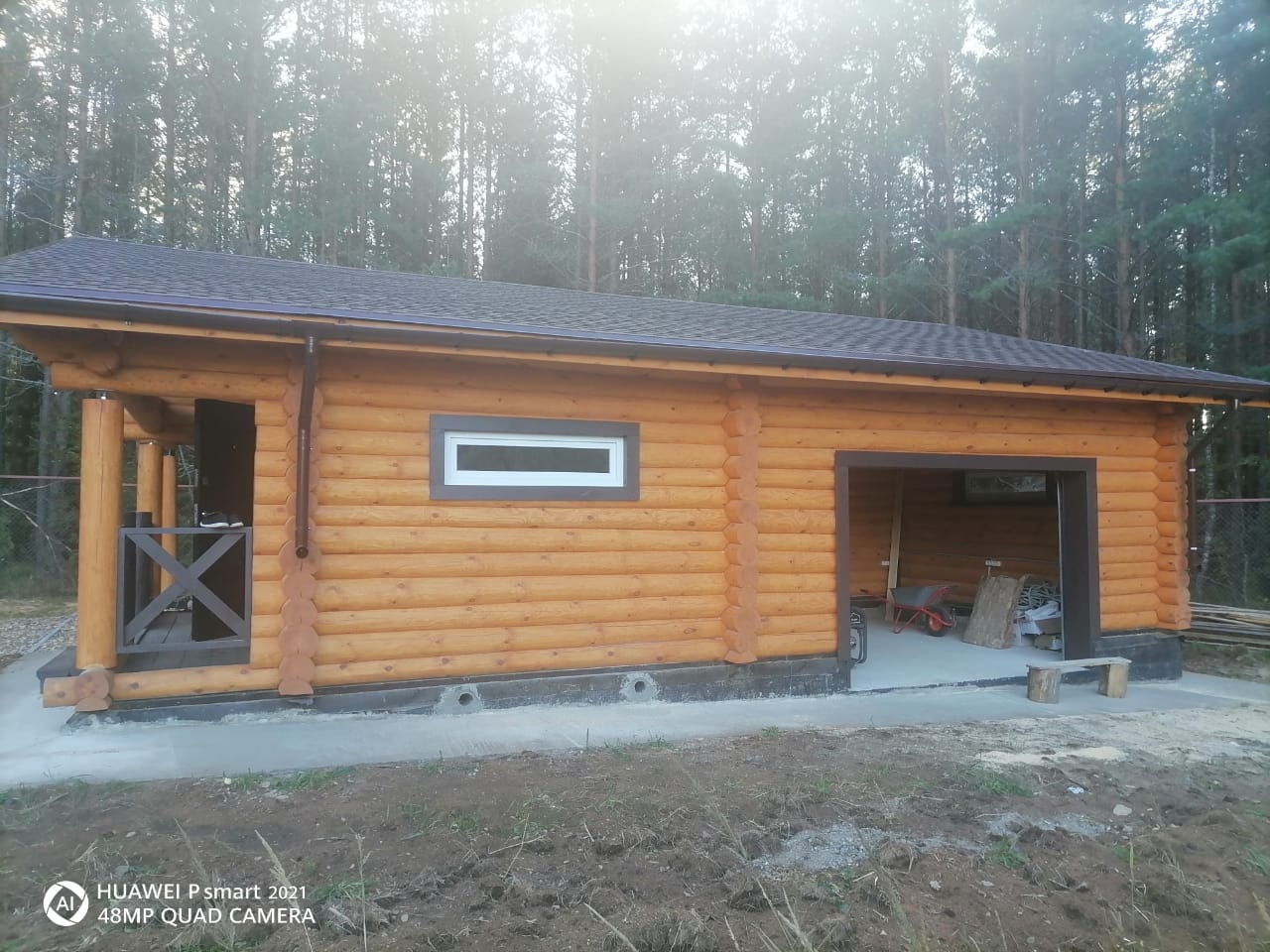 Одноэтажный дачный дом из бревна с большой террасой в Тверской области