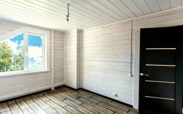 белая имитация бруса внутри комнаты