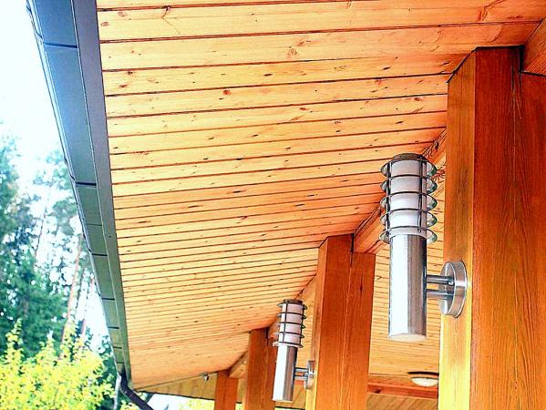 Фото к статье Подшив свеса крыши: выбираем между софитом, имитацией бруса (евровагонкой) и доской
